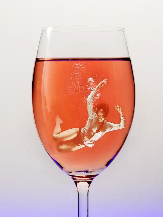 похмелье, как бороться с похмельем, почему похмелье, после похмелья, похмелье быстро, пьяный, девушка в бокале, винный бокал