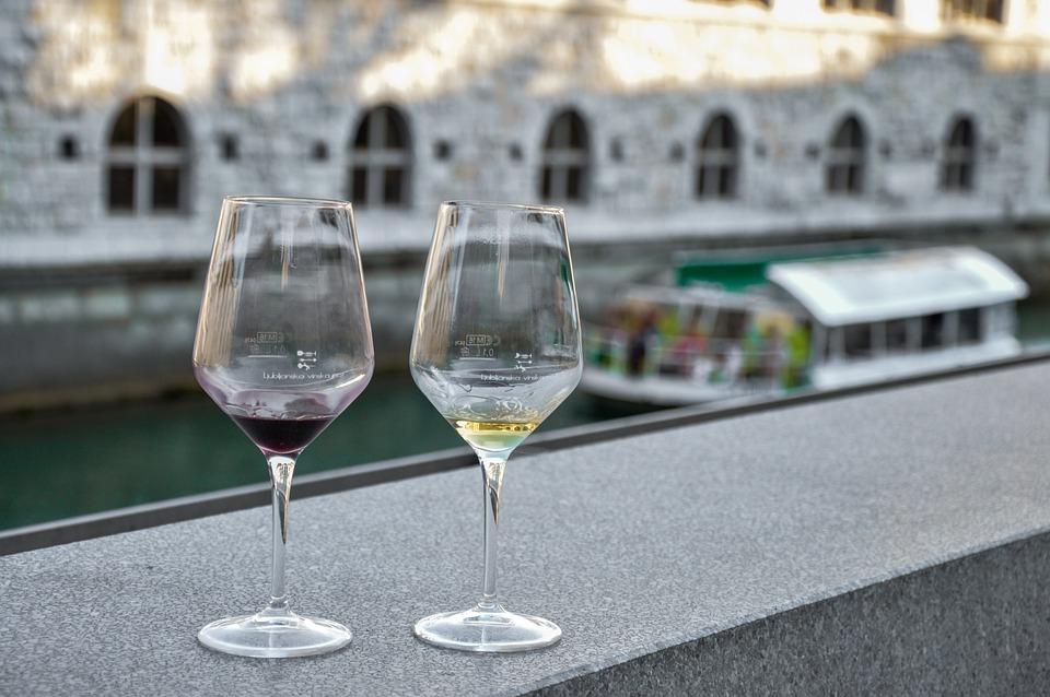 винное казино, поле для винного казино, казино, легальное казино, вино, бокал вина, красное вино, фишки, wine casino, алкоголь, алкогольные игры, купить винное казино, бутылки вина, бокалы, бокал с вином, белое вино