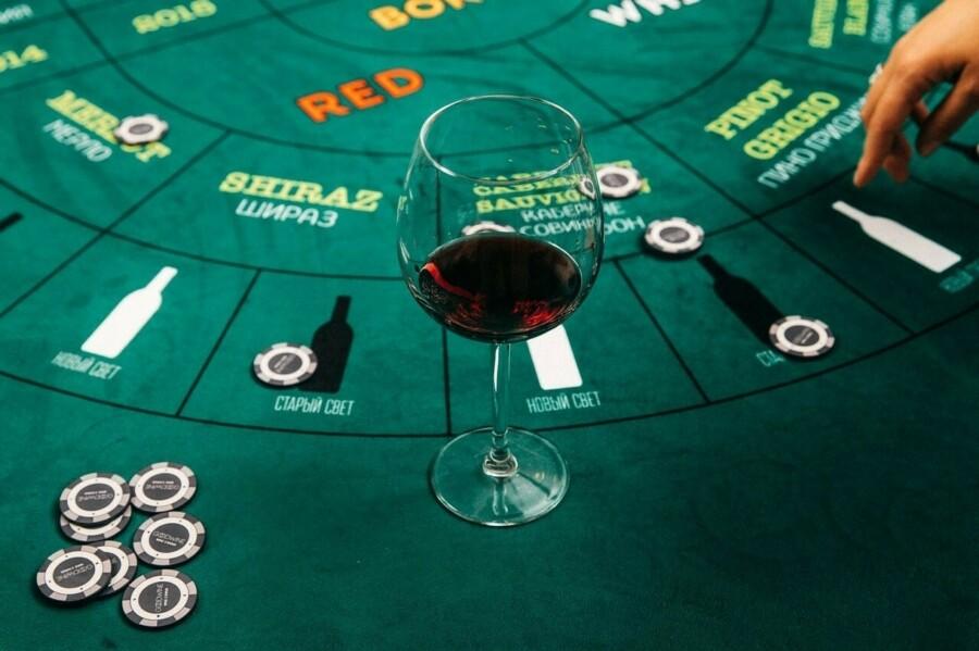 винное казино, поле для винного казино, казино, легальное казино, вино, бокал вина, красное вино, фишки, wine casino