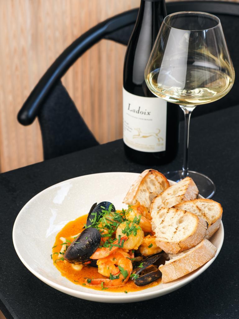 The Sizzle ресторан, Соте из морепродуктов и вино