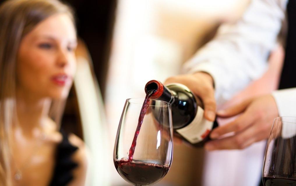 как выбрать вино, бокал красного вина