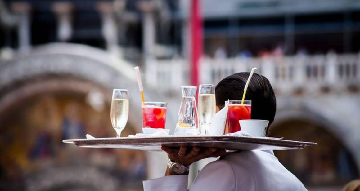 sparkling wine, просекко, официант с подносом, шампанское в венеции