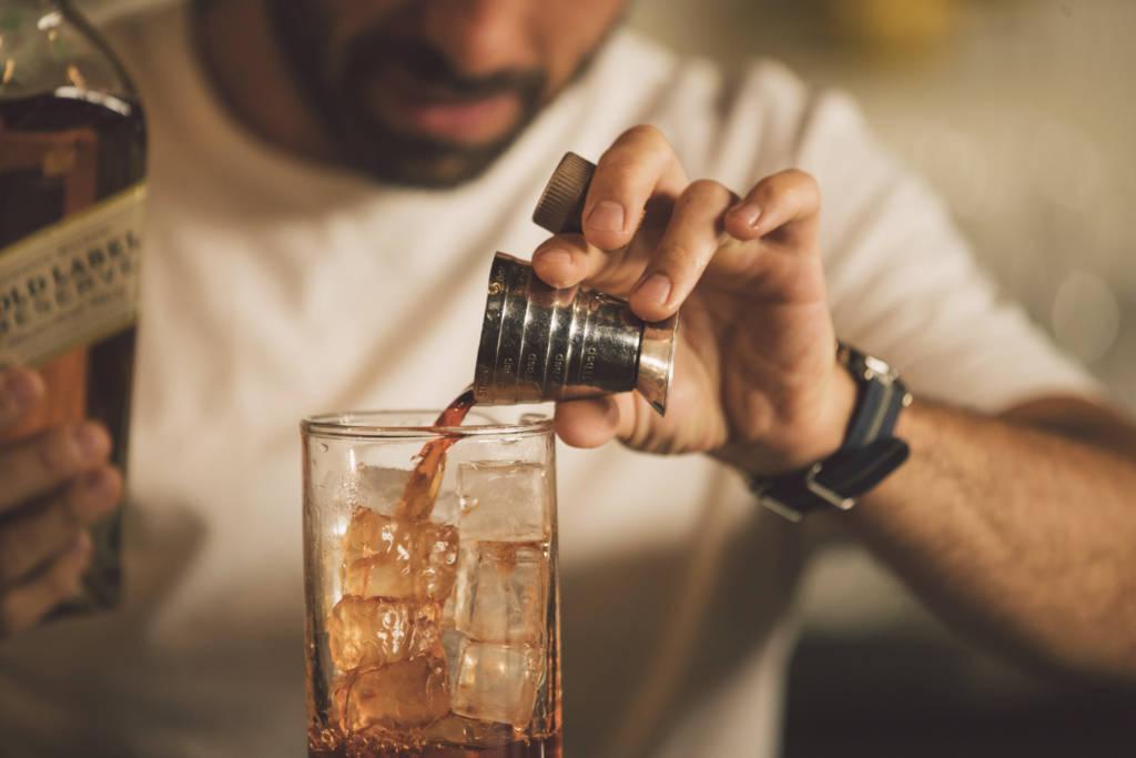 Diageo, барный фестиваль, бармен со стаканом