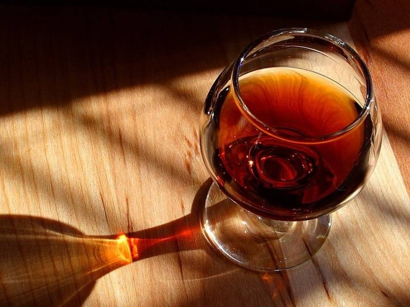коньяк Абрау-Дюрсо 1870, абрау дюрсо, русский коньяк, русский винный дом, бокал с коньяком