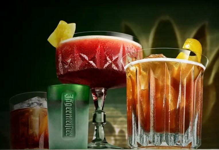 Jägermeister, ликер, история алкоголя, алкоголь, биттер, Ягермайстер, егермайстер, бокалы, коктейль, подача коктейля
