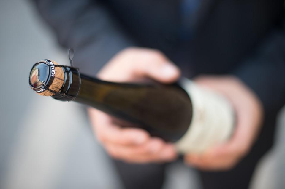 закон о наливайках, сабраж, как открыть бутылку саблей, как открыть бутылку без, открыть бутылку по-гусарски, пробка, бутылка шампанского