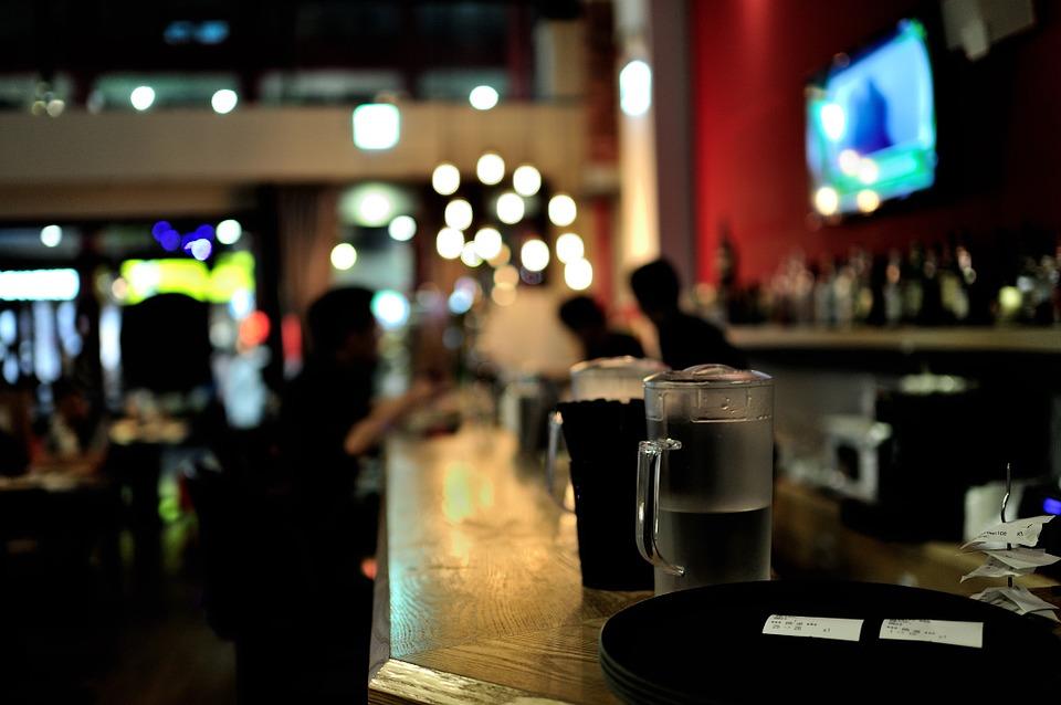 барные тренды, бар, как быть модным, тренды барной индустрии, модны коктейли, алкоголь, коктейль, бокал, барная стойка