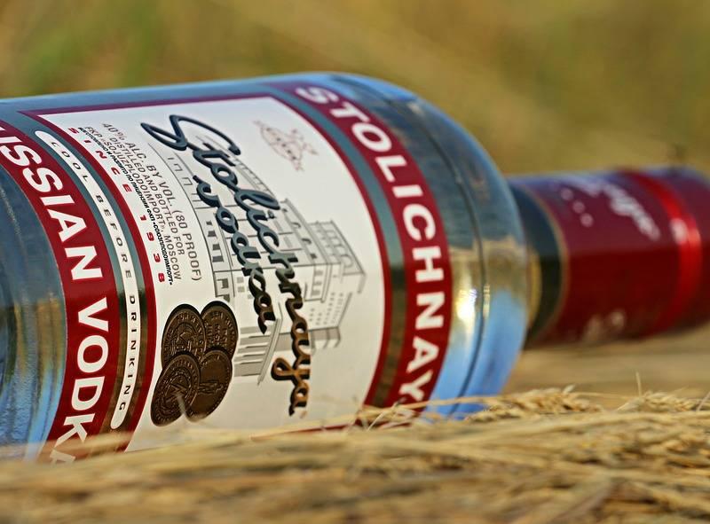 водка, водка столичная, русская водка, dcw magazine, stolichnaya, бутылки водки, бар