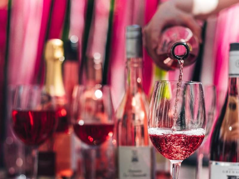 фестиваль вина, розе, вино в бокалах, розовое вино, простые вещи new vintage, pink summer, rose, national rose day, национальный день розового вина, как пить розовое вино, какое бывает розовое вино, с чем сочетается розовое вино, открытие террас в москве