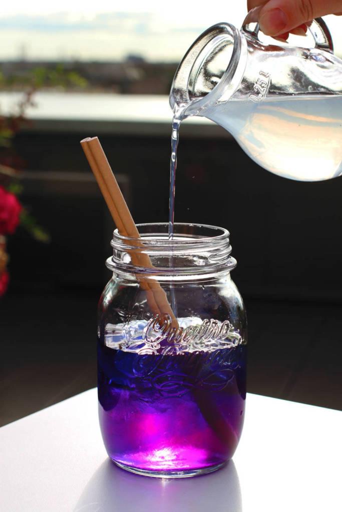 коктейль, коктейльная карта, куда пойти в СПб, рестораны Петербурга, ресторан вино и вода, кинококтейли, кино, алиса в стране чудес, магия, коктейль меняет цвет