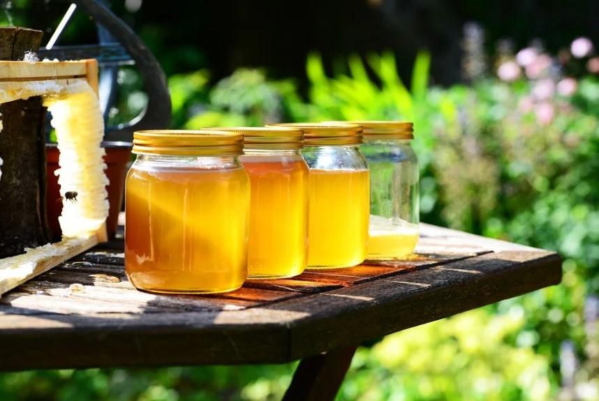 мед, медовый спас, медовый коктейль, коктейль на пиве, рецепт коктейля, приготовить коктейль дома, dcw magazine, журнал о барах, коктейль. мед в банка, медовуха, соты
