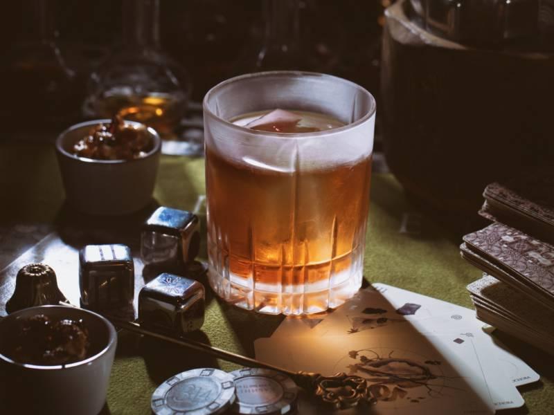 коктейль Old Fashioned, коктейль старомодный, старомодный, Old Fashioned, бокал, коктейль, dcw magazine, бар кабинет