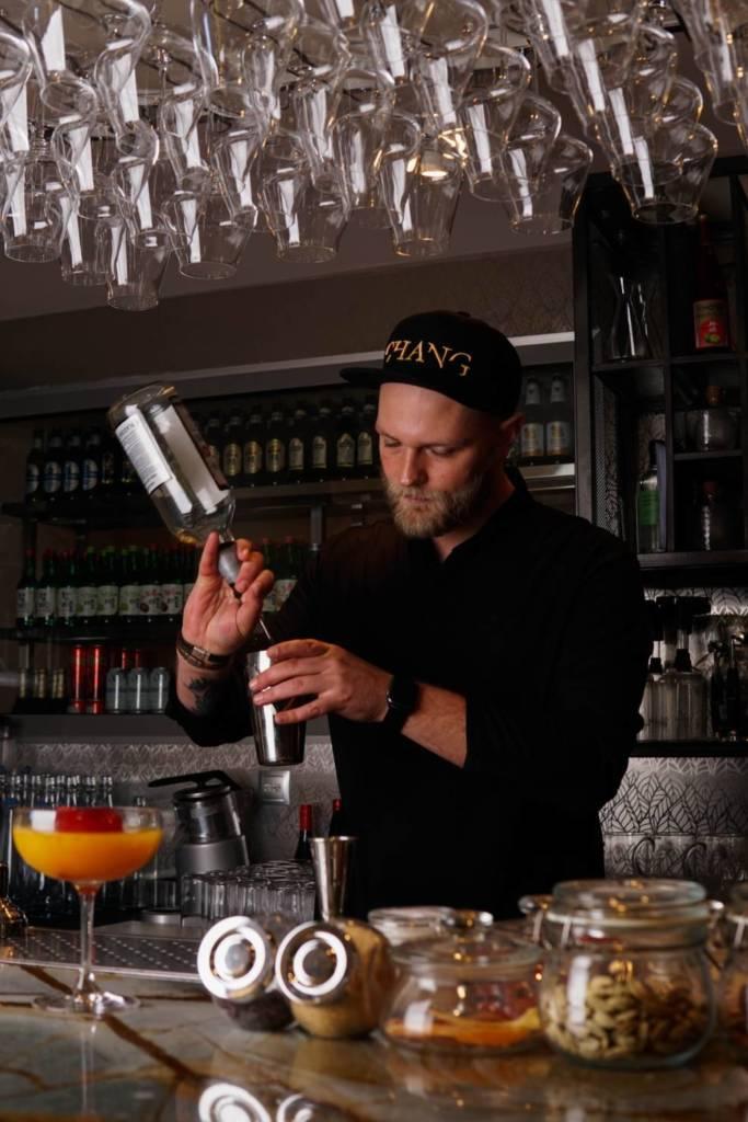 кирилл ульянов, ресторан chang, бармен, бармен за работой, шеф-бармен, профессия бармена