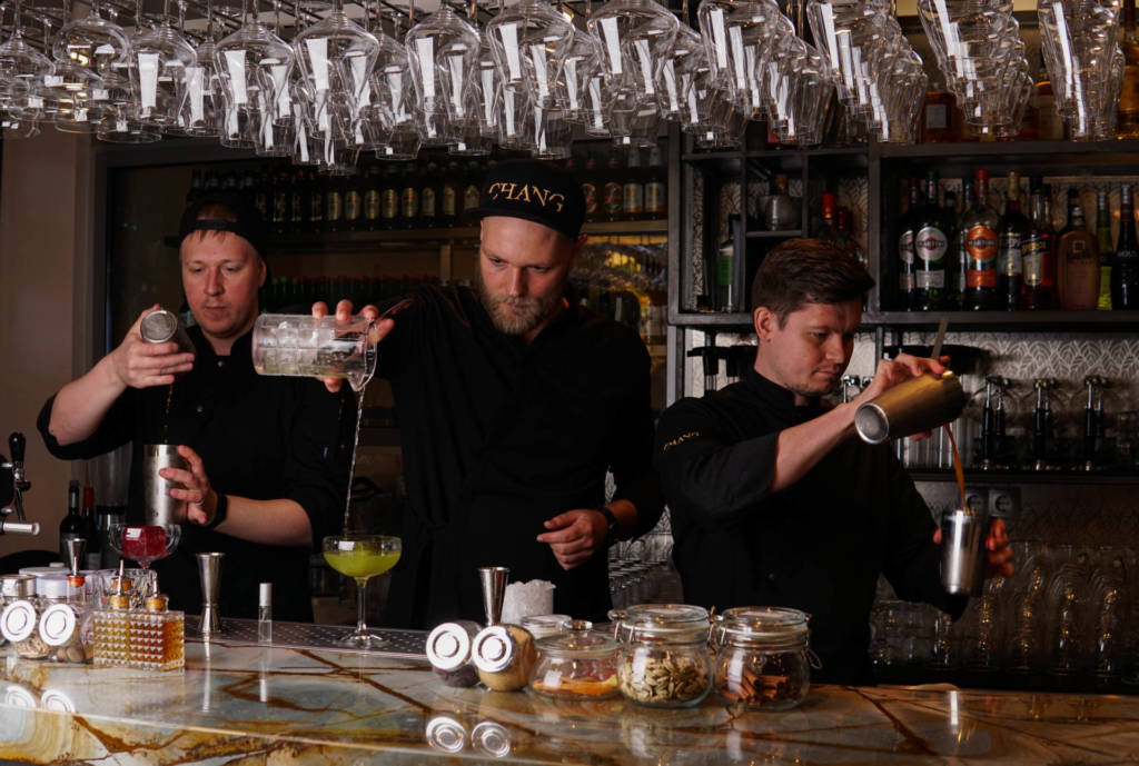 кирилл ульянов, ресторан chang, бармен, бармен за работой, шеф-бармен, профессия бармена, команда барменов