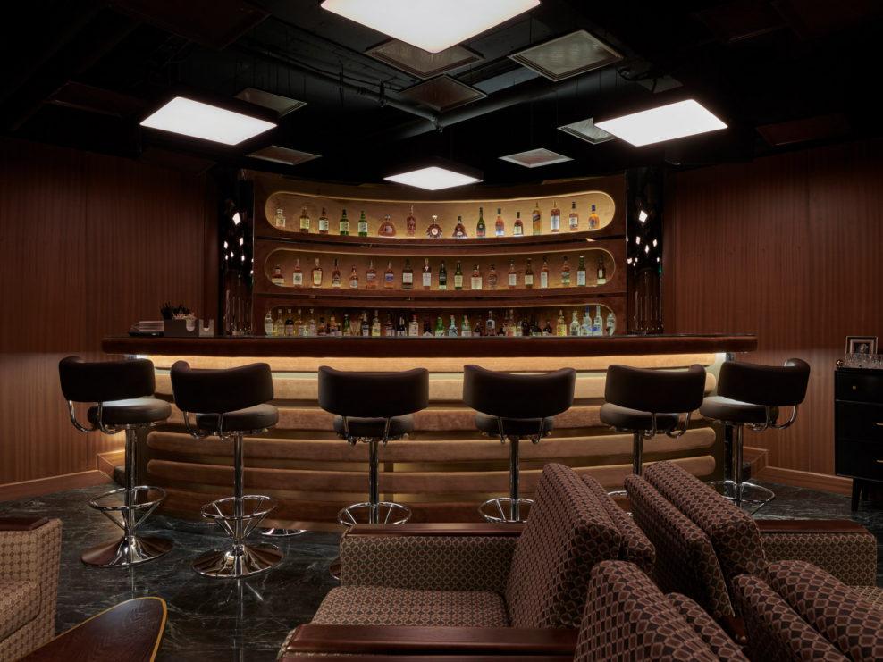 Сериал Безумцы, mad men, dcw magazine, журнал о барах, бары мира, бар офис, бар в стиле 60-х, старый телефон, старая печатная машинка, бар, китайский бар, барная стойка
