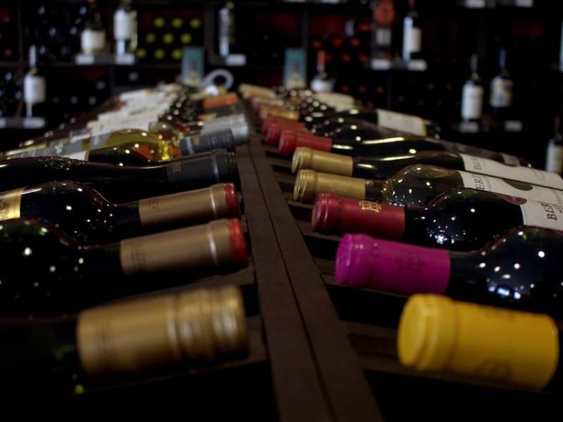 вино, бутылки, полка с вином, винные бутылки в магазине, винный магазин, алкоголь, продажа алкоголя, алкоголь онлайн, торговля алкоголем онлайн, онлайн продажа алкоголя