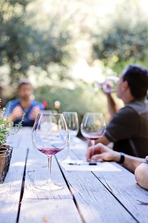 zazazu, куда пойти в петербурге, винный бар, вулканические вина, вино, бокалы, винные бокалы, дегустация вина