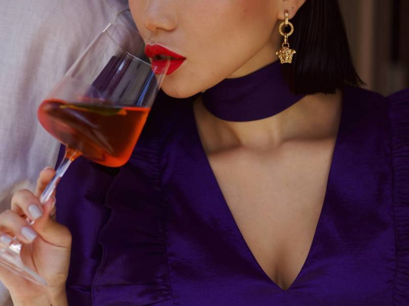 коктейль, Uilliams, красивая подача коктейля, куда пойти в москве, DCW Magazine, журнал о барах, алкоголь, о коктейлях, девушка с бокалом, девушка с коктейлем, красные губы
